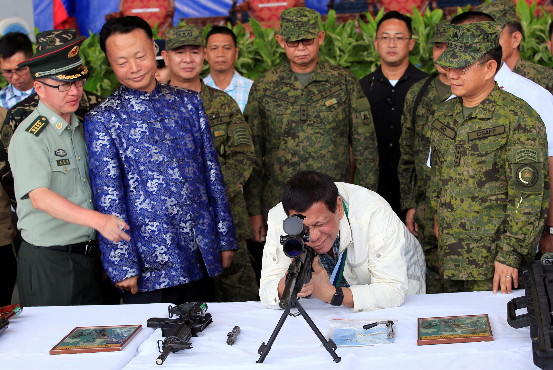 Tổng thống Philippines Rodrigo Duterte (G - xem súng) cùng đại sứ Trung Quốc Triệu Kiến Hoa tại căn cứ Clark, ngày 28/06/2017.