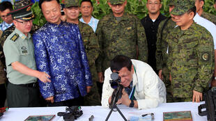 TT Philippines Duterte tại căn cứ Không Quân Clark Air Base, phía sau là đại sứ TQ tại Manila Triệu Giám Hoa.