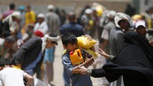 Wani yaro ya yi nasarar samun kayan abinci na agaji a Yemen