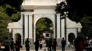 清華大學校門前
