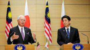 Thủ tướng Malaysia Najib Razak (trái) và thủ tướng Nhật Shinzo Abe họp báo chung sau hội đàm tại Tokyo ngày 16/11/2016.