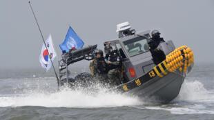 韩国军警与联合国民政警察在汉江入海口驱逐中国渔船2016年6月10日