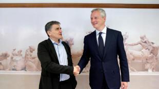 Le ministre grec des Finances  Euclid Tsakalotos (g) et son homologue français Bruno Le Maire, ce lundi 12 juin 2017, à Athènes.