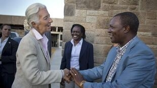 Christine Lagarde, directrice du FMI, reçue à son arrivée à l'aéroport de Nairobi par Njuguna Ndungu, gouverneur de la Banque centrale du Kenya.