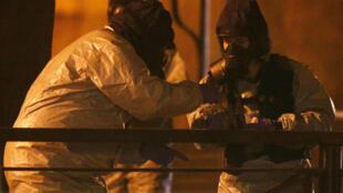 穿着安全装的英国救护人员出现在俄罗斯父女中毒的地点
