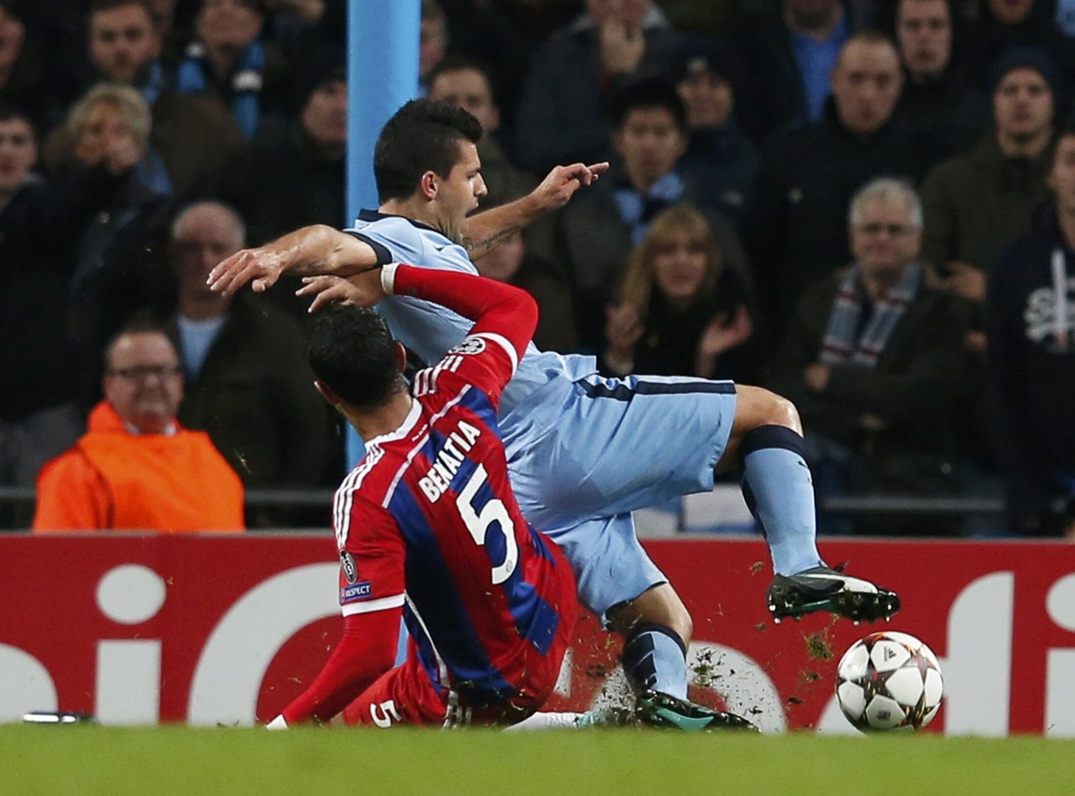 La faute indiscutable du Munichois Mehdi Benatia sur Sergio Agüero.