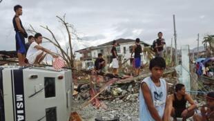 Những người sống sót sau bãi Haiyan ở Tacloban, Philippines, chờ đợi cứu trợ, ngày 17/11/2013