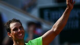 La joie de l'Espagnol Rafael Nadal, après sa victoire en 4 sets face à l'Argentin Diego Schwartzman, en quart de finale du tournoi de Roland Garros, le 9 juin 2021