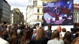 Người dân Croatia xem truyền hình trực tiếp phiên tòa xử ba cựu tướng lãnh ngày 15/4/11.