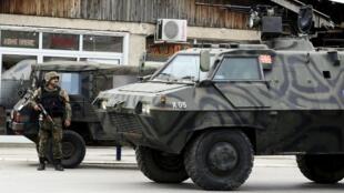Des blindés de la police à Kumanovo, au nord de la capitale, Skopje, lors d'une opération contre «un groupe armé», le 9 mai 2015.