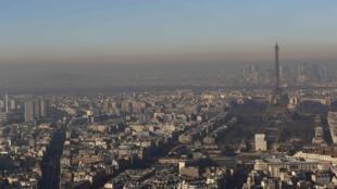 Paris atingiu o pior pico de poluição dos dez últimos invernos nesta quarta-feira (7).