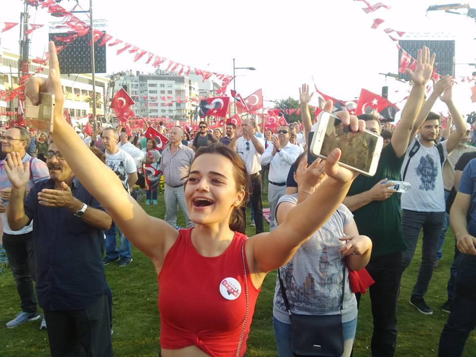 One of the enthusiastic Izmir residents who turned out to hear Ince speakl
