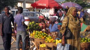 Des femmes vendent des fruits et légumes dans la rue à Bujumbura, la capitale, le 5 juin 2013.