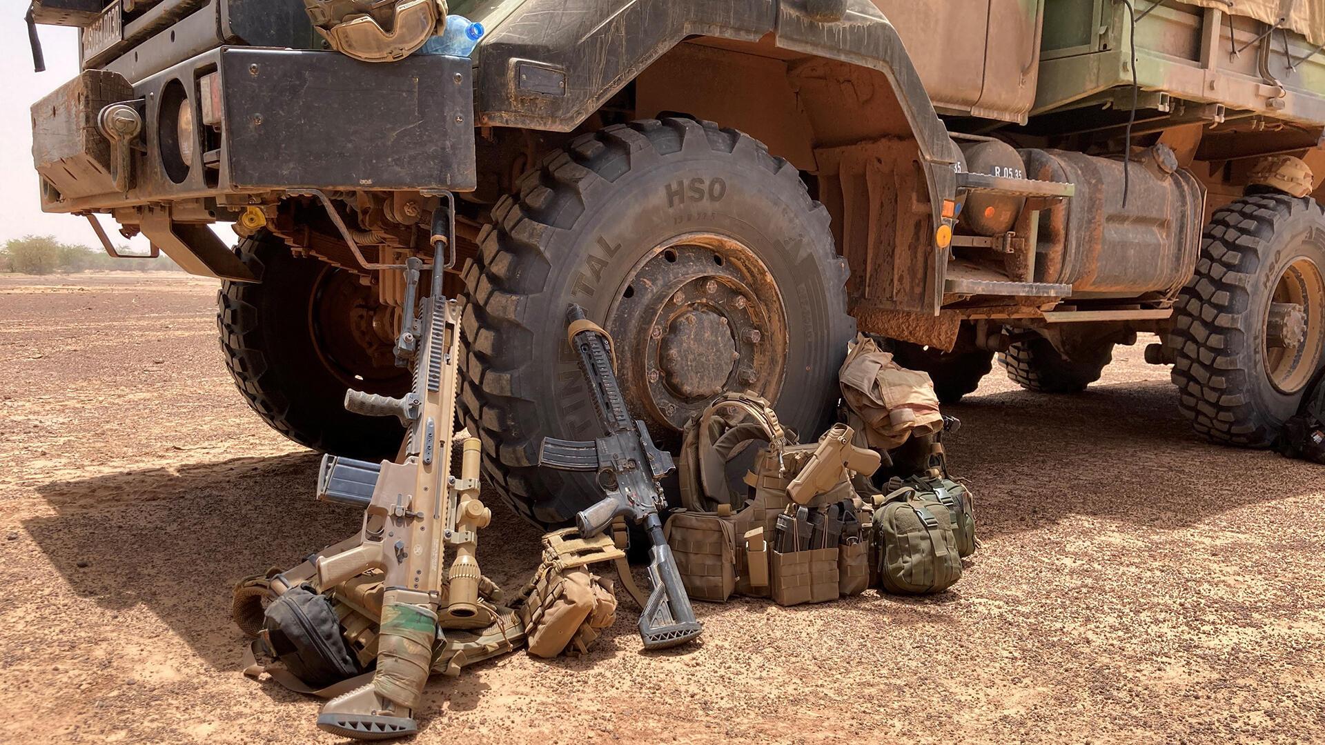 bravo12 ok - Les armes de la section Tireurs d'élite du groupe de combat au premier plan un FN SCAR-H PR équipé de sa lunette de grossissement