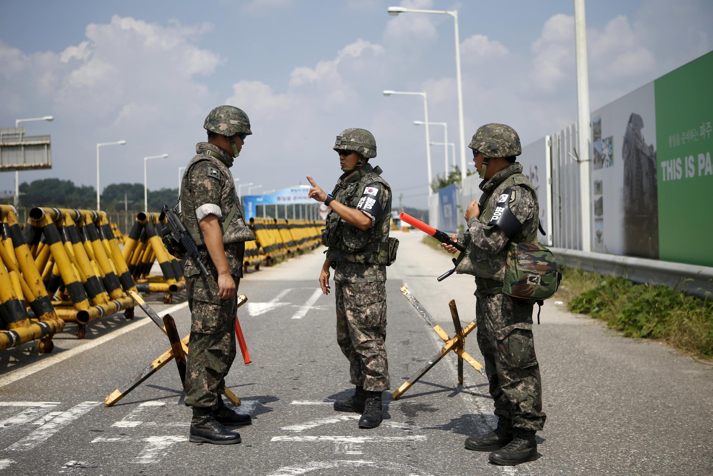 Южнокорейские солдаты недалеко от демилитаризованной зоны на границе с Северной Кореей, 22 августа 2015 г.