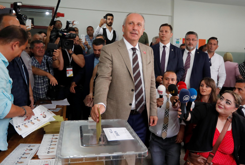 مُحرّم اینجه، نامزد حزب جمهوری خلق، صبح یکشنبه ٢٤ ژوئن آراء خود را برای انتخابات ریاست جمهوری و پارلمانی به صندوقهای رایگیری انداخت