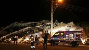 Equipes de resgate trabalham em um prédio desabado após um terremoto na província de Elazig, Turquia, 24 de janeiro de 2020.