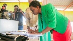 Rwanda: Victoire Ingabire à sa sortie de la prison de Nyaugenge après sa libération anticipée, après huit ans de détention, ce samedi 15 septembre 2018.