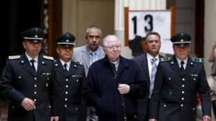 Fernando Karadima (G) tu sĩ bị cáo buộc xâm hại tình dục trẻ em, gây tai tiếng cho Tòa Thánh Vatican.
