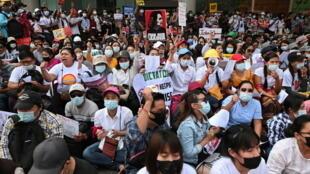 Manifestação de protesto contra o golpe nesta quinta-feira 25 de Fevereiro de 2021 em Rangum.