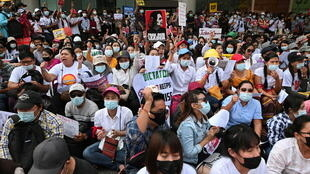 Birmanie: Manifestations à Rangoun 2021-02-25T075040Z_1160983635_RC2JZL9BGP1K_RTRMADP_3_MYANMAR-POLITICS-WORKERS