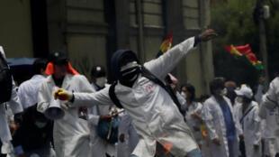 Une manifestation des personnels de santé tourne à l'affrontement à La Paz, le 19 décembre 2017.