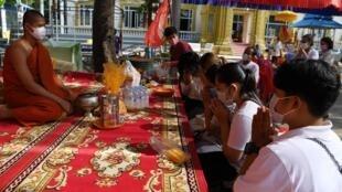 Les Cambodgiens viennent prier dans cette pagode à Phnom Penh pour célébrer le nouvel an bouddhiste, le 14 avril 2020.