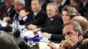 Reunião sobre a Líbia com ministros da Defesa começou ontem e continua nesta sexta-feira.