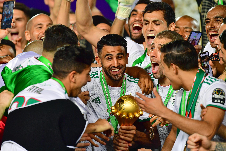 Riyad Mahrez (C) lors de la victoire à la CAN 2019 au Caire.