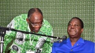 Maurice Kakou Guikahué (g), secrétaire exécutif du PDCI et directeur de campagne d'Henri Konan Bédié (d).