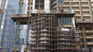La nouvelle loi sur la transition énergétique pourrait constituer un tournant en France : elle impose que 70 % des déchets de chantier soient recyclés d'ici 2020. </br> Photo : Construction d'une tour dans le quartier de la Défense à Paris.