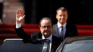 François Hollande (L) hands over to President Emmanuel Macron
