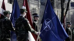 Cérémonies au pied du monument de la liberté à Riga, à l'occasion de la célébration du dixième anniversaire de l'adhésion de la Lettonie à l'Otan, le 29 mars 2014.
