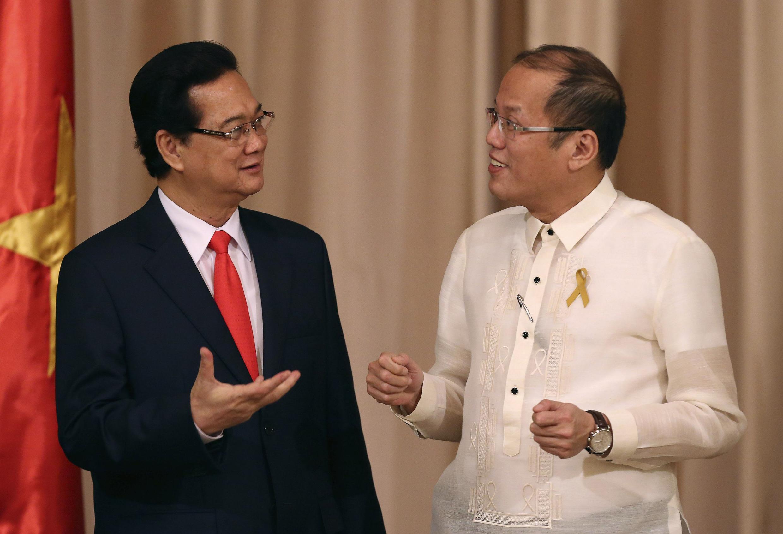 Tổng thống Philippines Benigno Aquino (P) nói chuyện với Thủ tướng Việt Nam Nguyễn Tấn Dũng, sau cuộc họp báo chung tại Manila, 21/05/2014
