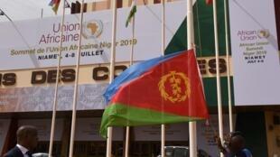 Sommet de l'Union africaine à Niamey. L'entrée du Palais des Congrès de la capitale nigérienne, ornée des drapeaux des 55 pays africains.