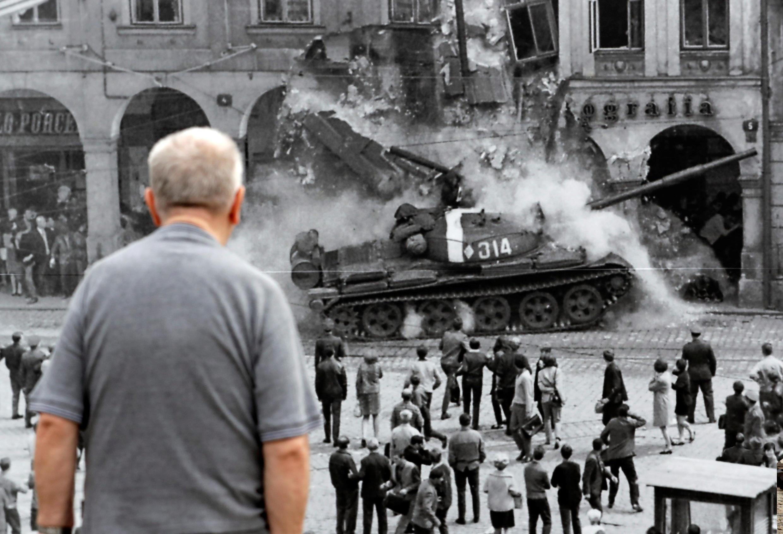 Фотография событий 21 августа 1968, выставленная на улице чешского города Либерец в честь 50-летия ввода советских войск.