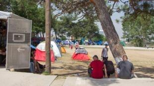 Au camp de Diavata les réfugiés dorment dans des tentes.