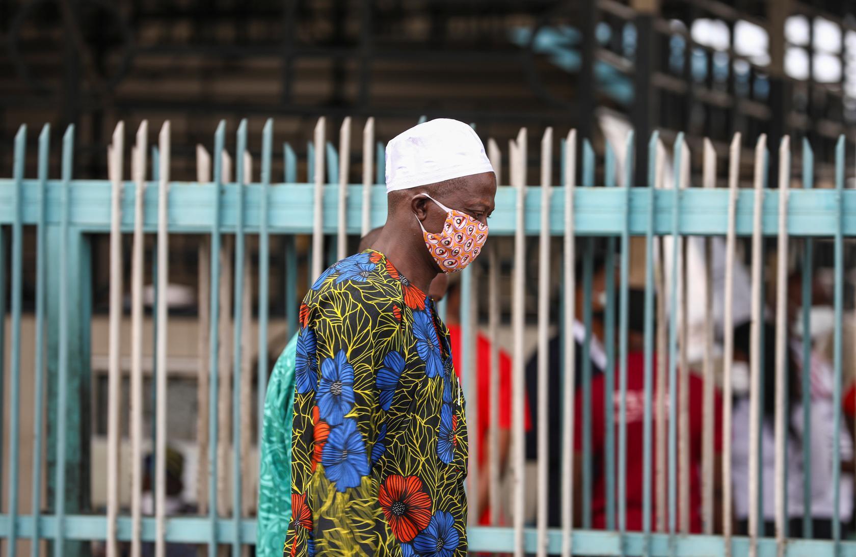 Un homme portant un masque dans la rue à Lagos, au Nigeria, le 4 mai 2020. (Photo d'illustration)