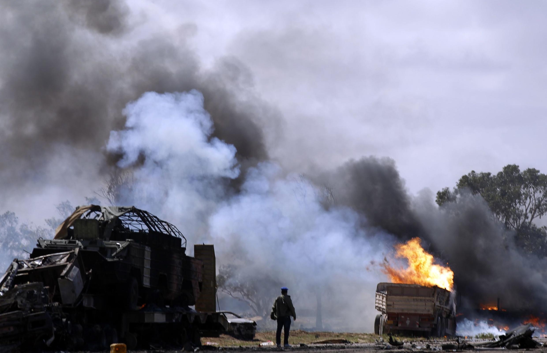 Un soldado rebelde observa un blanco atacado por las fuerzas aliadas, este domingo cerca de Bengasi.