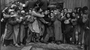 Gold Rush. En fin de journée, bousculades devant une banque pour acheter de l'or. Dernier jours du Kuomintang, Shanghai, 23 décembre 1948.