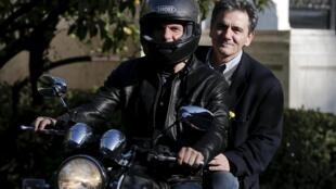 L'ancien ministre des Finances Yanis Varoufakis (devant) et son successeur Euclide Tsakalotos, photographiés le 3 avril 2015, à Athènes.