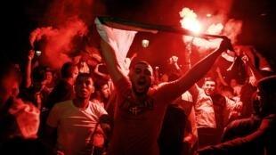 Argelinos comemoram a vitória da Argélia no CAN