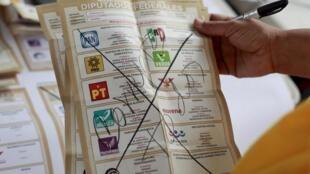 Bulletin de vote rayé à la main par un électeur mexicain et portant la mention «tous corrompus».