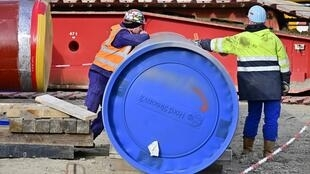 Des hommes travaillent sur le chantier du gazoduc Nord Stream 2 à Lubmin, dans le nord-est de l'Allemagne là où arrive le gaz russe, le 26 mars 2019.