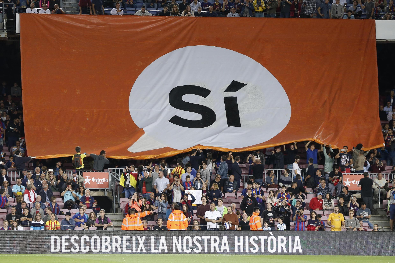«Oui», peut-on lire sur cette banderole déployée au Camp Nou, le stade du FC Barcelone, le 19 septembre dernier lors d'une rencontre du championnat espagnol contre Eibar.