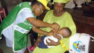 Ma'aikatar lafiya na yi wa wani yaro allurar rigakafin cutar Polio a birnin Lagos dake Najeriya.