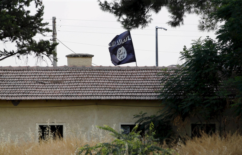 Cờ của Tổ chức Nhà nước Hồi giáo treo ở vùng Kakamis, Syria - REUTERS /Murad Sezer