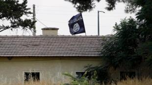Una bandera del grupo yihadista Estado Islámico flamea en Siria, cerca de la frontera con Turquía.