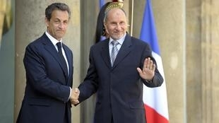 El presidente Sarkozy recibiendo al jefe del CNT,  Mustafa Abdeljalil.