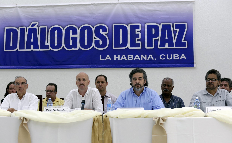 À La Havane le 12 juillet 2015 les négociateurs des Farc, Ivan Marquez (D) et du gouvernement Humberto de la Calle (G) aux côtés des médiateurs cubain et norvégien.